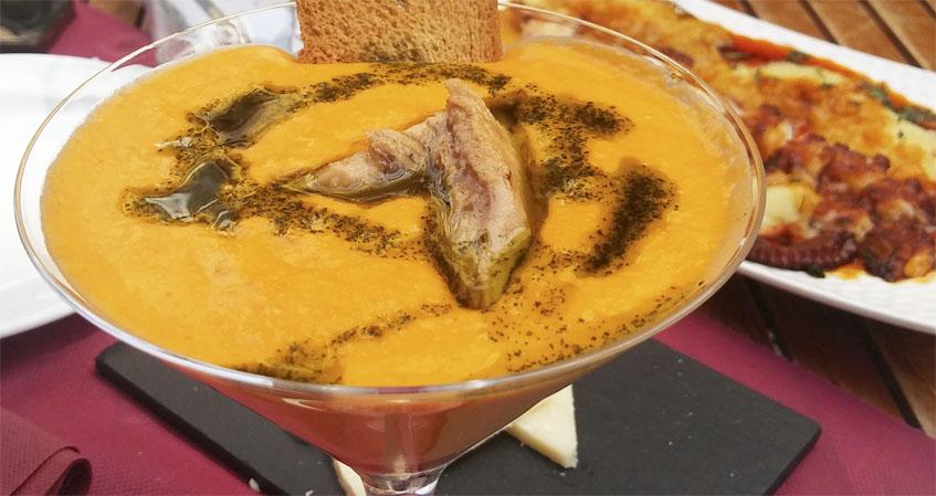 El salmorejo lo elaboran también añadiéndole queso del que elaboran en Algodonales. Foto: Cosasdecome