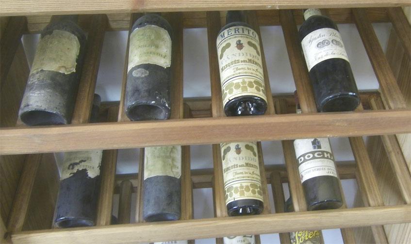 Uno de los tesoros del restaurante Mar de Campo, unas estanterias donde se expone una impresionante colección de botellas antiguas. Foto: Cosasdecome