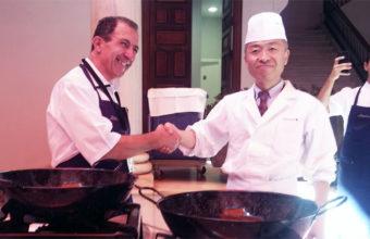 Los cocineros Fernando Córdoba de El Faro de El Puerto y Koji Nojima de Tempura Tsunahaci de Tokio se estrechan la mano en señal de hermanamiento de ambas culturas gastronómicas. Foto: Cosasdecome