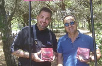 Mauro Barreiro de La Curiosidad de Mauro y José Muñoz Brenes de Petaca Chico con las conservas de la firma. Foto: Cosasdecome.