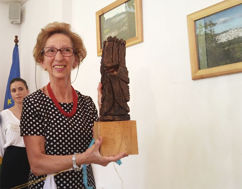 María Moreno recogiendo el premio otorgado por la Asociación de Turismo Rural de la Sierra de Cádiz. Foto: Cosasdecome