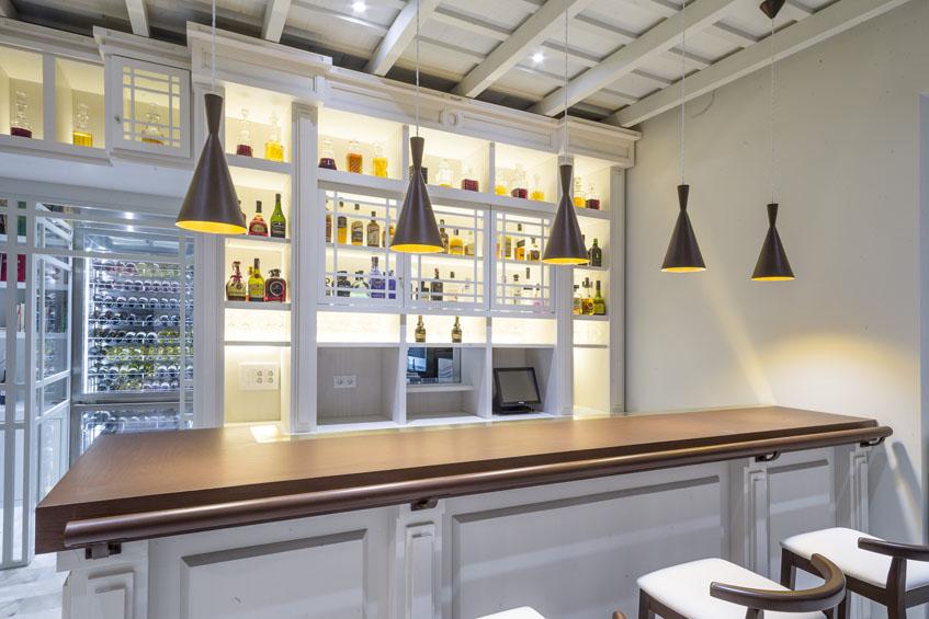 Detalle de la zona de recepción de clientes del restaurante que simula un antiguo ultramarinos. Foto: Julio González.