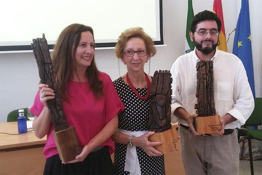 Los premiados, Remedios Palma, María Moreno y Pepe Monforte recibieron unas esculturas realizadas en madera. Foto: Cosasdecome