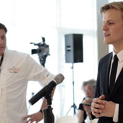 El chef Leon Mazairac escucha al sumiller Goos Van der Berg hablar ante el jurado / Foto de la organización.