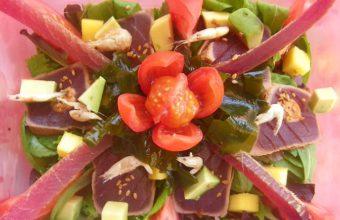 Ensalada de tataki de atún, algas y mojama