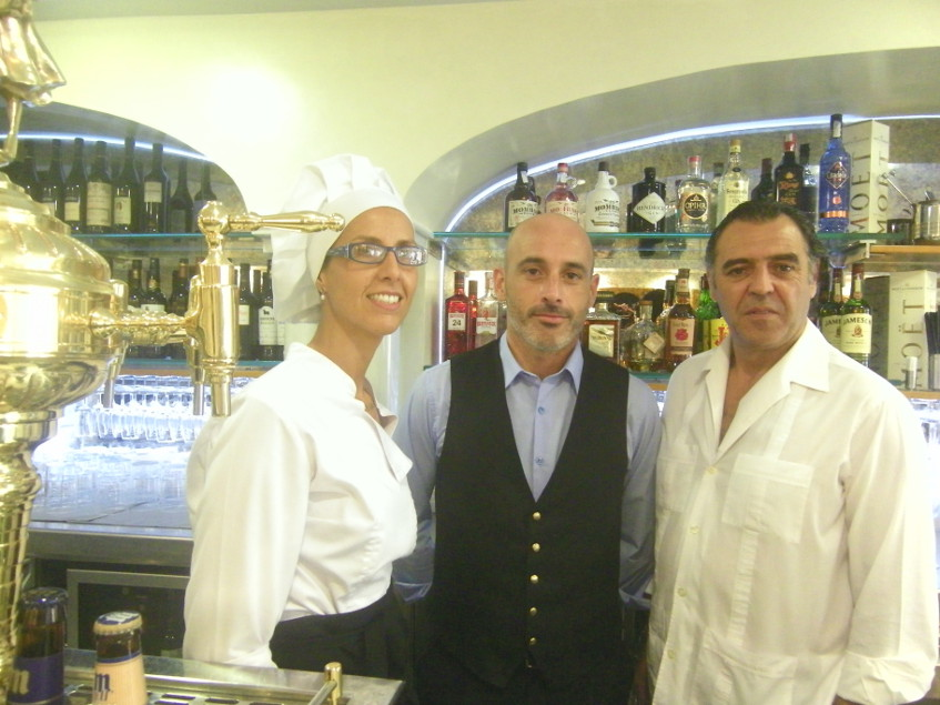 De izquierda a derecha la jefa de cocina Isabel Castro, el jefe de sala, José Manuel Mateo y el propietario José Pastoriza. Foto: Cosasdecome