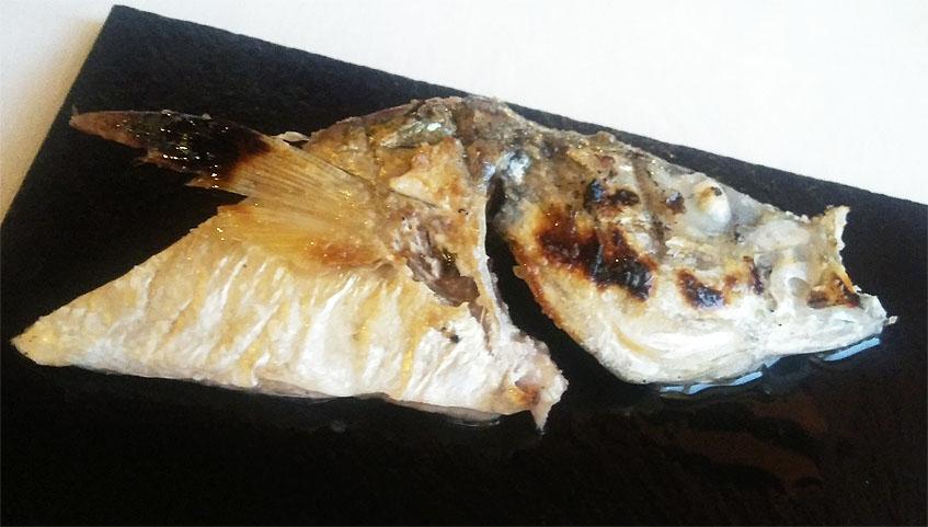 Jurela, uno de los pescados que sirven en el restaurante. Esta procede de la zona de Sanlúcar. Sirven a la parrilla la ventresca y la cabeza, mientras que el resto del cuerpo lo parten a pequeños dados y lo sirven crudo, simplemente marinado con limón y cebolleta. Foto: Cosasdecome.