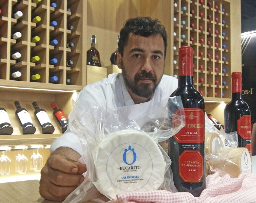 Los protagonistas de la receta: el cocinero David Méndez con los quesos de El Bucarito de Rota y una botella de Montecillo Crianza. Foto: Cosasdecome