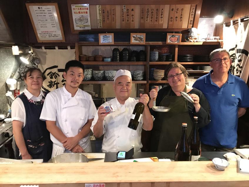 Los Tubal posan con la familia Suzuxhim, unos maestros de los bisteles empanaos en Japón. Foto: Cedida por Tubal