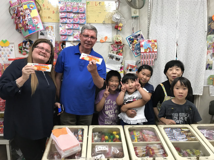 Pilar Acuaviva y Juan Antonio Mena en un establecimiento de Japón donde se venden los bigkatsu. Foto: Cedida por Tubal