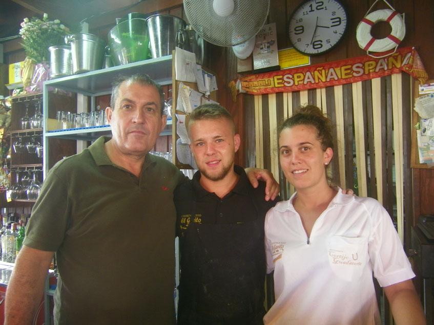 Andrés González, uno de los fundadores de El Garito, junto a dos miembros de su equipo. Foto: Cosasdecome