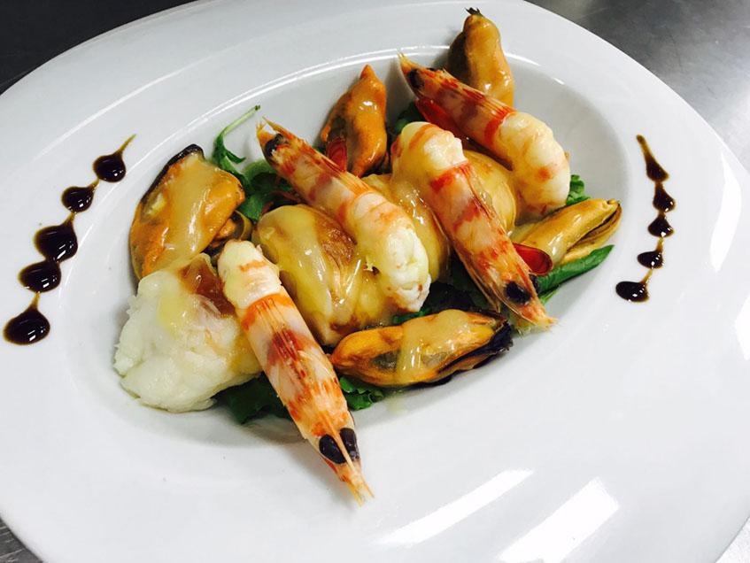 Mar de Arousa, un original plato que combina langostinos con cola de langosta y mejillones, todo aderezado con una vinagreta. Foto: Cedida por Pazo de Iria.