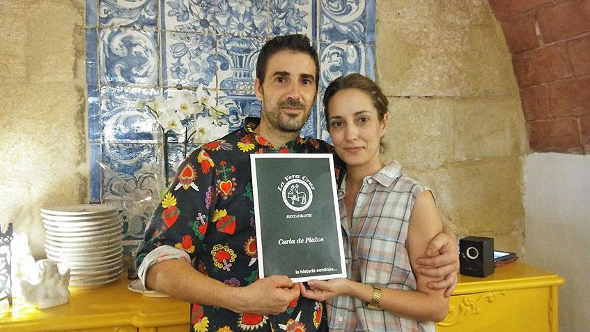 Miguel Angel Rubiales y Esperanza Nuñes con la carta del nuevo establecimiento. Foto: Cosasdecome