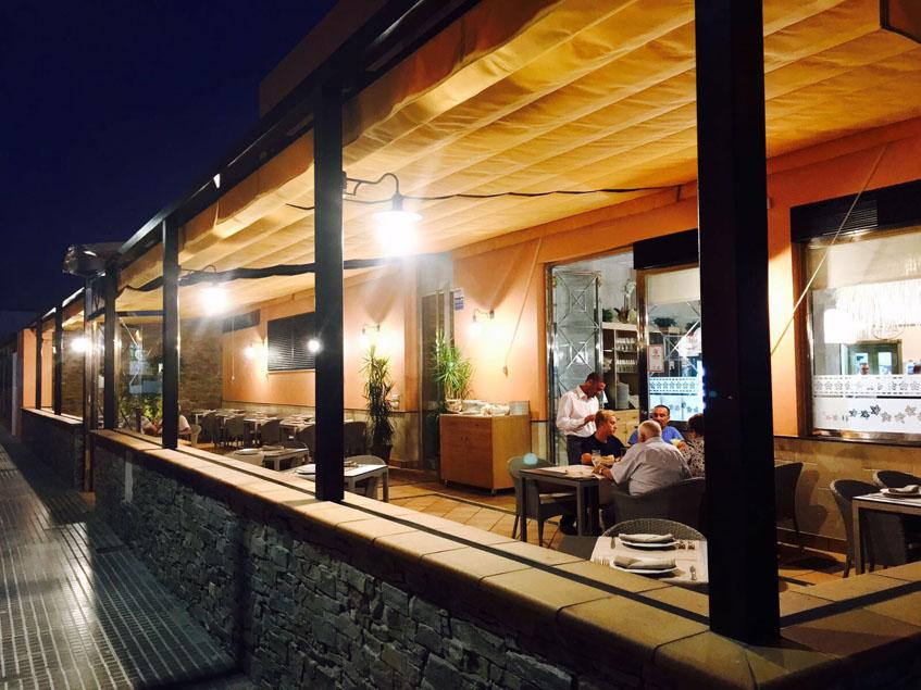 La terraza del establecimiento fotografiada por la noche. Foto: Cedida por Pazo de Iria