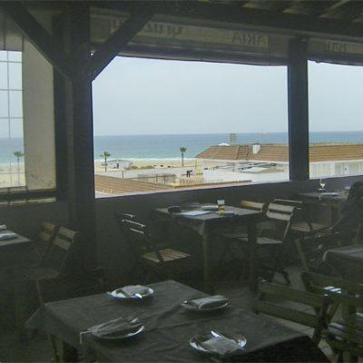 Vistas a la playa desde uno de los comedores del establecimiento. Foto: Cosasdecome