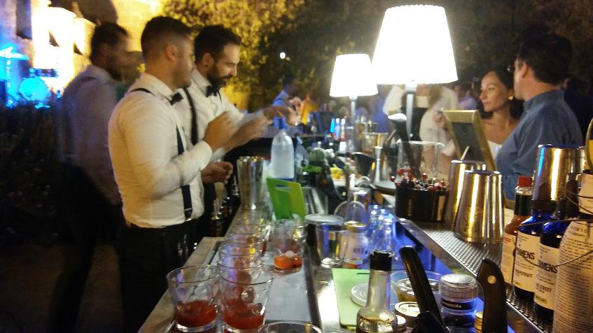 En uno de los puestos se ofrecian cocteles realizados con vinos y licores del grupo Caballero. Foto: Cosasdecome