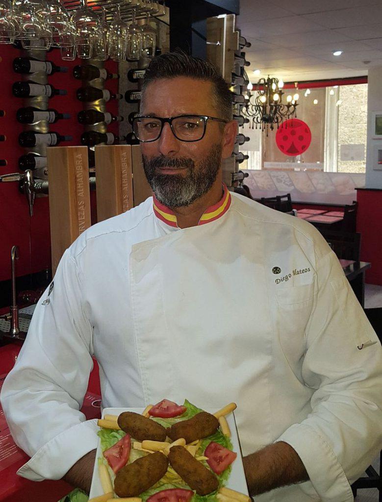 El cocinero Diego Mateos de Gades Tapas, con las croquetas
