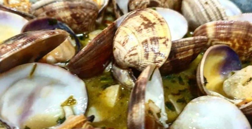Almejas de Punta Umbria (Huelva) al albariño o a la marinera en La Marmita de Cádiz