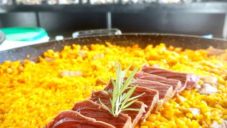 Arroz a la leña con sashimi de atún de 5 Océanos de Zahara de los Atunes