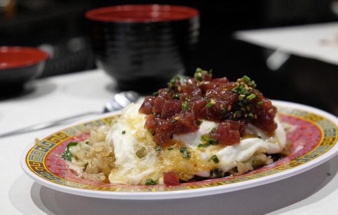 Arroz koreano, huevo frito y tartar de atún en Tiemar