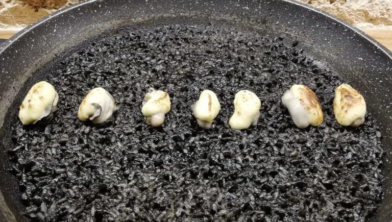 Arroz negro con ostras gratinadas de Almanaque de Cádiz