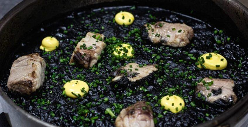 Arroz negro de chocos, corvina y alioli de azafrán de Viu de Barbate