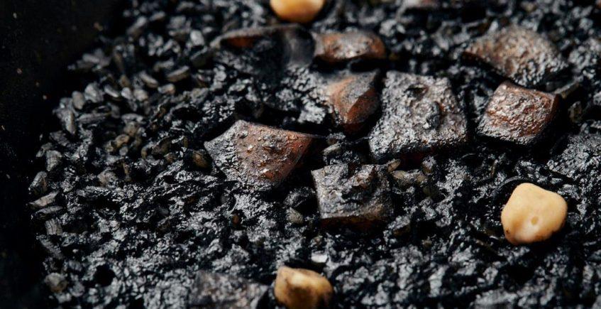 Arroz seco negro con chocos guisados de El Faro de Cádiz