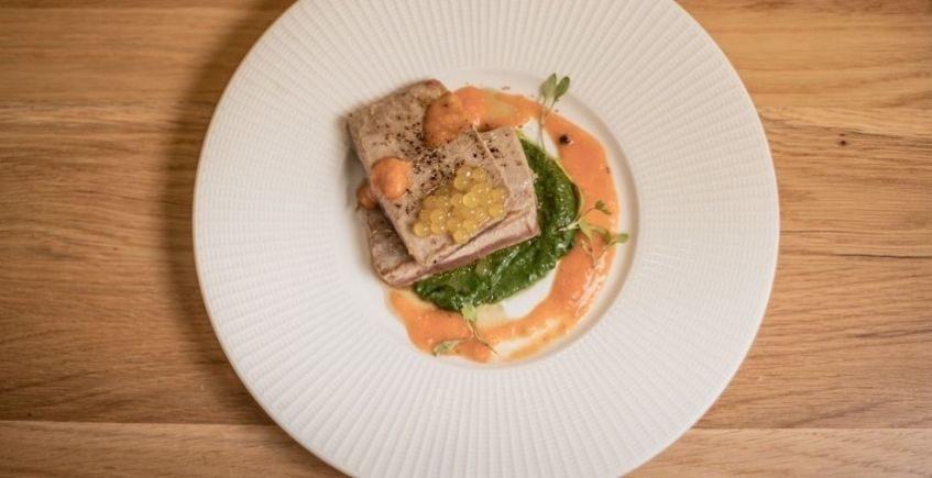 Atún a la parrilla sobre sopa de curry verde thai, caviar cítrico y emulsión de cherrys con ají peruano asado de Paralelo 38 de Conil