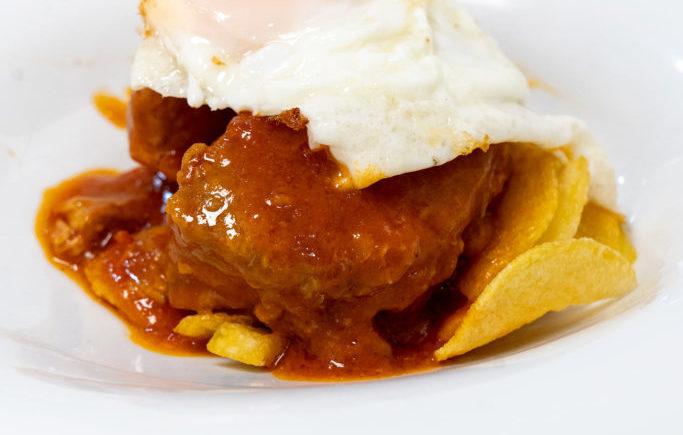 Atún en tomate con huevo frito en Restaurante Antonio de Zahara