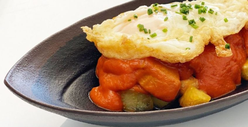 Atún rojo de Barbate en salsa de tomate enrocotada, patatas doradas al horno y huevo frito de Pantalán