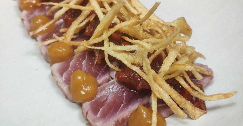 Atún rojo, poco hecho y en tomate, yema de huevo y patatas de Sabor Andaluz de Alcalá del Valle