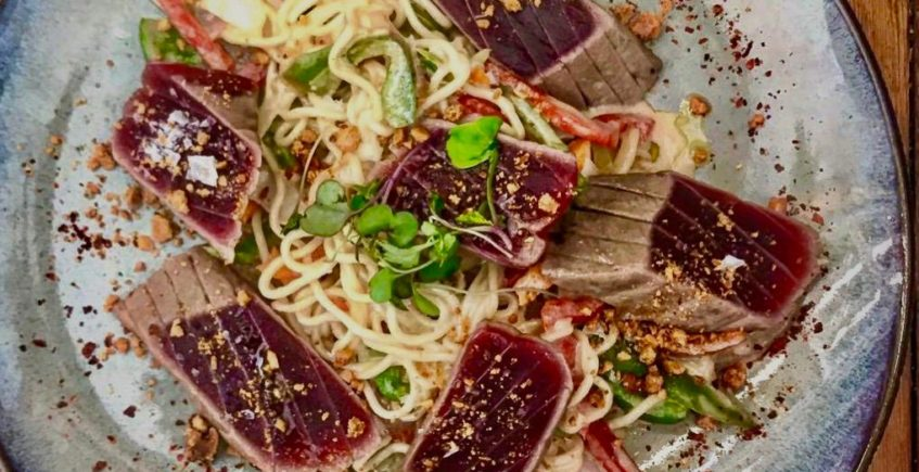 Atún sobre Pad Thai y salsa Satay de 4 Estaciones de Vejer