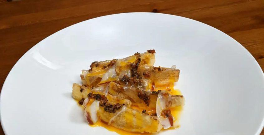 Berenjena blanca frita, yema de huevo y tocino ibérico de Mesón Andaluz