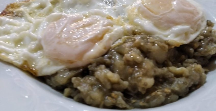 Berenjenas de nuestro huerto refritas con huevos fritos de nuestras gallinas de Venta El Albero de Jerez