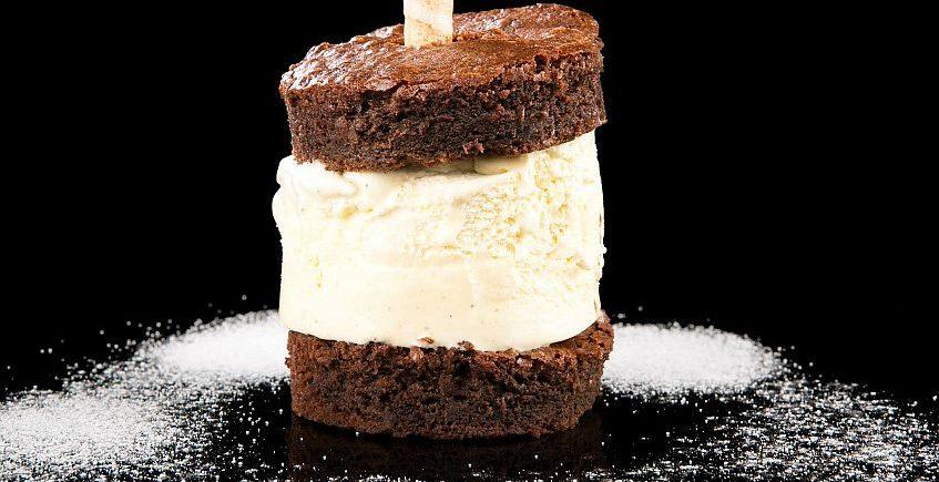 Bizcocho de chocolate templado con helado de vainilla de Venta Pinto de Vejer