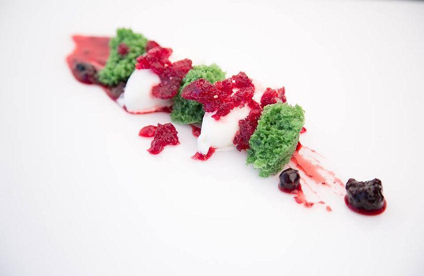 Bizcocho de pistacho con hibiscus y helado de yogur847