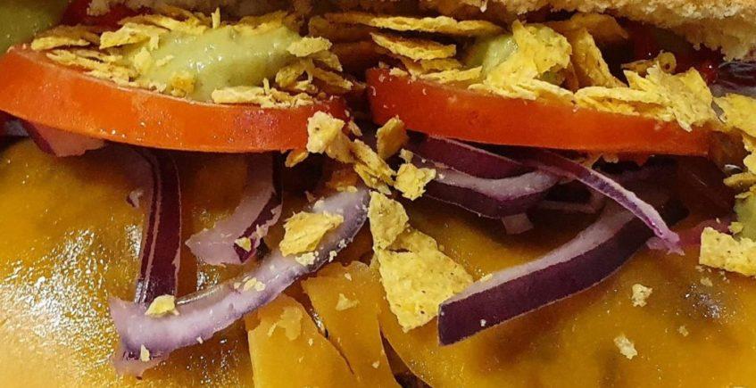 Bocata Viva México con Carrillada, sciracha, pimiento chile, nachos, guacamole, tomate, queso cheddar y cebolla morada a domicilio en MSF Cádiz