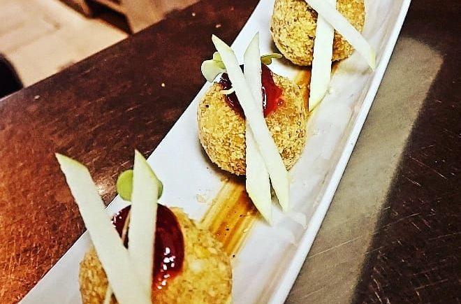 Bombones de foie macerado al Pedro Ximénez (González Byass) Envueltos en kikos sobre una salsa ligera de frutos rojos en La Marmita de Cádiz