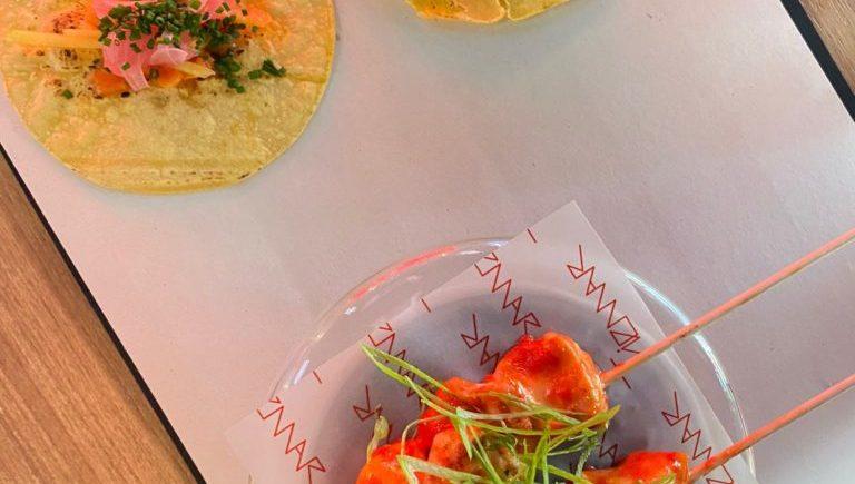 Brocheta de pollo satay, ensalada fresca thailandesa y vinagreta de vinagre rojo de Tiemar de Jerez