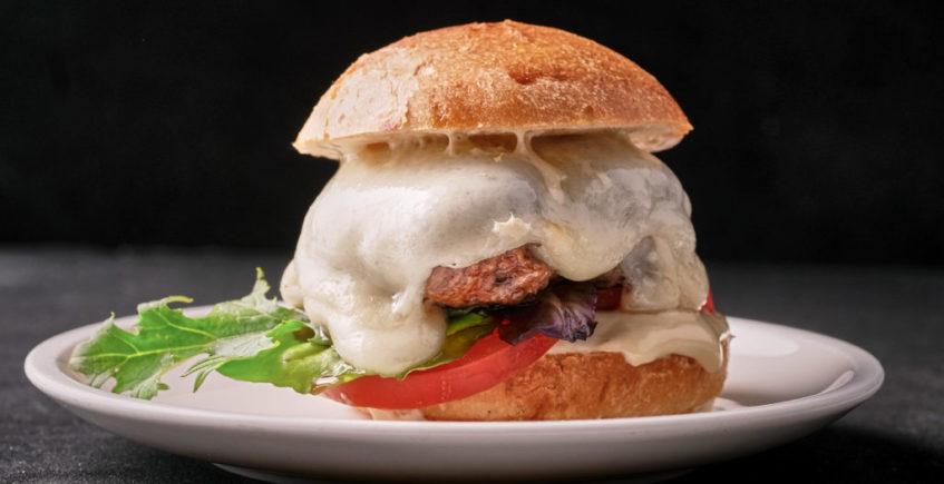 Burger Faro. Carne de ternera y chicharrones, pan brioche, queso fundido, tomate, lechuga y salsa casera secreta