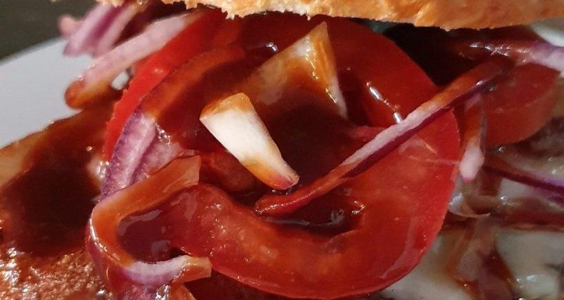 Burger Tex Mex. 200 gramos de ternera Black Angus, bacon ahumado, salsa barbacoa, queso provolone, tomate y cebolla morada en La Marmit de Cádiz a través de Uber y Glovo