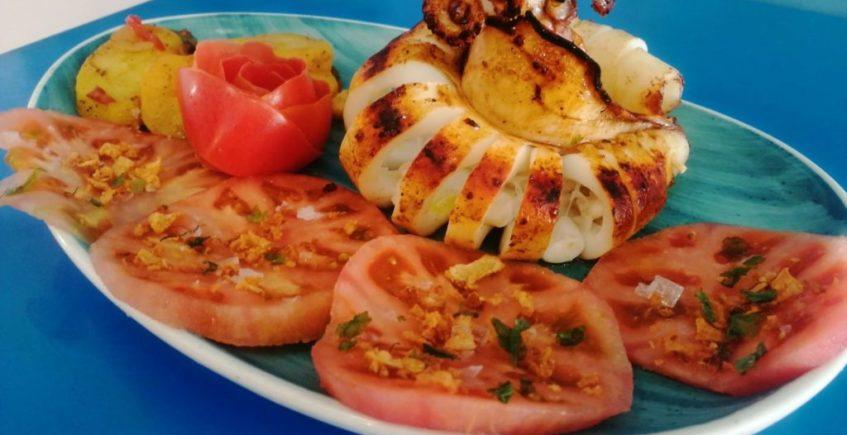 Calamar a la plancha con tomate rosa en Mariscos Castilla de Chiclana