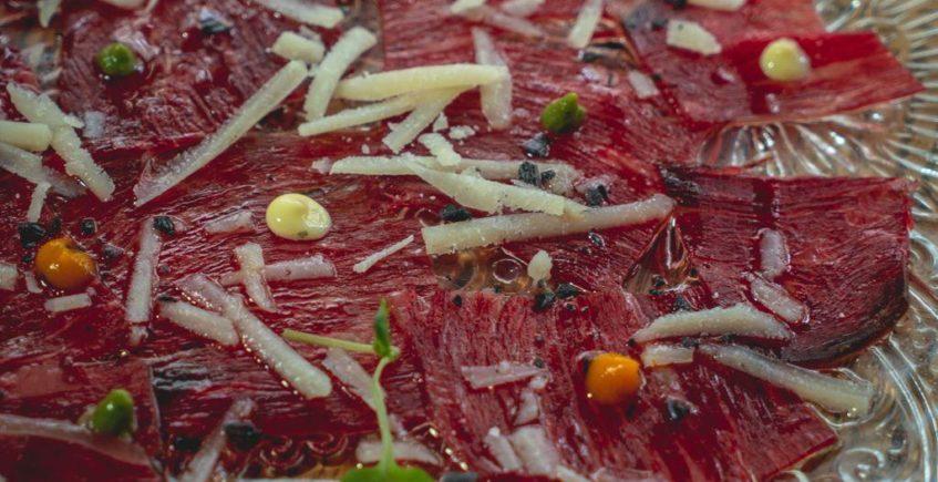 Carpaccio de carne madurada con queso payoyo y yuzo de Musalima de Cádiz