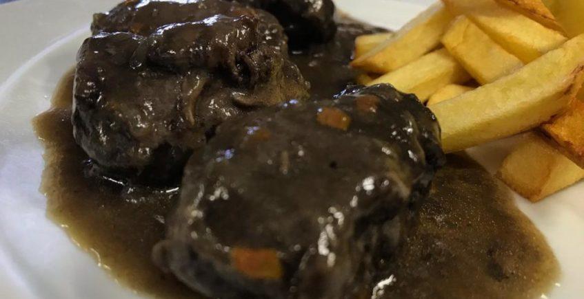 Carrillada Ibérica a la cazadora con Patatas Fritas de El Chato de Cádiz