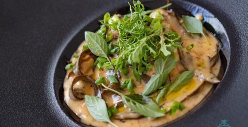 Cazón con salsa carbonara espagueti de mar y langostinos del Espejo de Sanlúcar