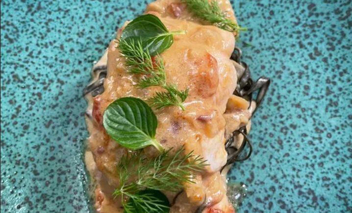 Cazón con salsa carbonara espagueti de mar y langostinos en El Espejo de Sanlúcar
