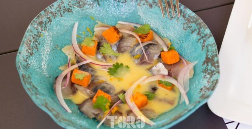 Ceviche de caballas semicuradas con leche de tigre y naranja, boniato, cebolla morada y cilantro de Toro Tapas de El Puerto