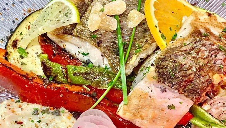 Corvina a la plancha con verduras del tiempo y alioli de albahaca de La Traiña de Zahora