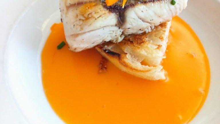 Corvina asada con emulsión de manteca colorá y pan tostao de El Árbol de Chiclana