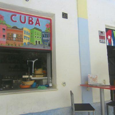 Una colorista pintura sobre Cuba en una de las ventanas. Foto: Cosasdecome
